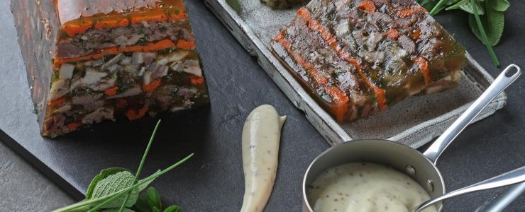 Hure de sanglier, sauce mousseline à la moutarde de Charroux, réduction de sauce gribiche