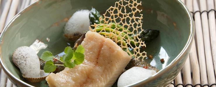 Truite Fario de Valentin, bouillon de poissons et coquillages, asperges vertes croquantes