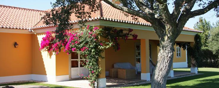 Estate with 16 hectares, 640 m2 main house with 6 bedrooms, riding stables and cork tree forest, 45min from Lisbon.